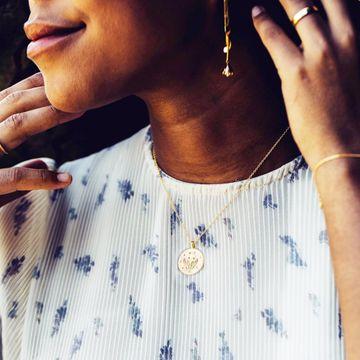 She wore flowers in her ears and carried magic in her eyes.. 🌼✨⠀ __⠀ ⠀ #EarringsOfTheDay #EarringStyle #EarringsLover #StudEarrings #IkKoopBelgisch #FineJewellery #CompleteYourLook #DiamondJewellery #FlowerPower⠀